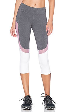 alo Curvature Capri Legging en Stormy Heather & Purple Sand & Pink Cloud