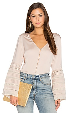 Luxe Bell Sleeve Top en Sable