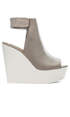 BCBGMAXAZRIA Cue Wedge in Dove & White