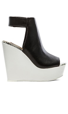 BCBGMAXAZRIA Cue Wedge in White & Black