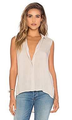 Sleeveless Folded Yoke Shirt en Beige
