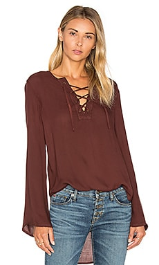 Bell Sleeve Lace Up Top en Rum Raisin