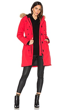 Kensington Parka with Coyote Fur Trim en Rouge