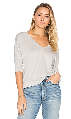 Double V Dolman Tee en Cool Grey