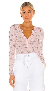 TOP HENLEY ONE OF THE GIRLS PRINTED Free People $48 MÁS VENDIDO