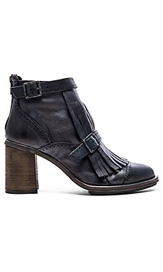 Circle Back Heel Boot in Black