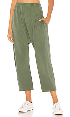 Фото - Спортивные брюки the jersey crop - The Great зеленого цвета