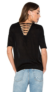 Alberta Lace Up Back Tee en Caviar