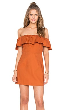 KENDALL + KYLIE Ruffle Off Shoulder Dress en Cinnamon Stick