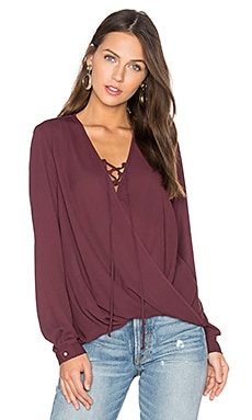 Lace Up Surplice Blouse en Winterberry