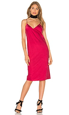 x REVOLVE The Silk Slip en Rouge