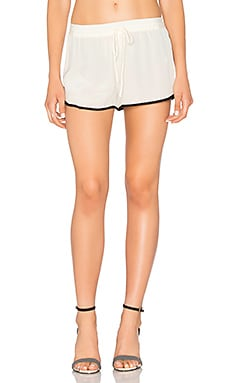 x REVOLVE The Silk Short en Ivory