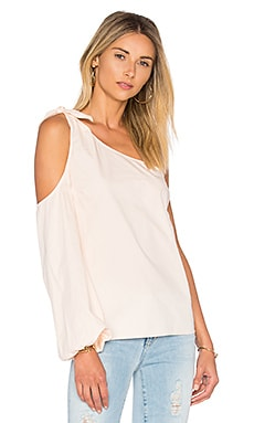 x REVOLVE The Asymmetric Shoulder Blouse в цвете Персиковый