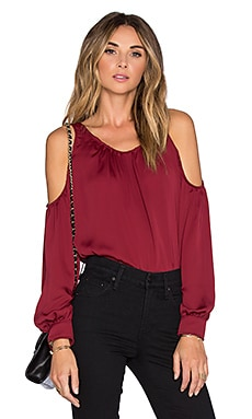 L'Academie x REVOLVE The Shoulder Blouse en Grenat