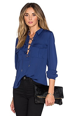 L'Academie x REVOLVE The Safari Blouse en Marine