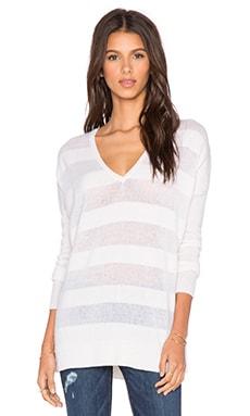 LEO & SAGE Sheer Stripe V Neck Sweater en Neige