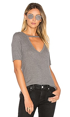 Ribbed Cutout V Tee en Gris Chiné