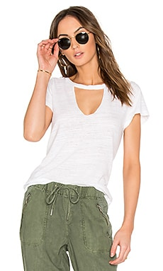 Short Sleeve Cut Out V Tee en Blanco