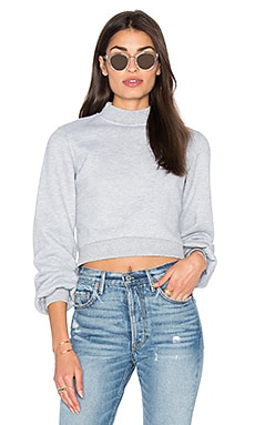 x REVOLVE Kourtney Cropped Sweater en Gris Moyen