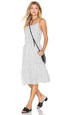 Seersucker Tiered Cami Midi Dress en Blanco