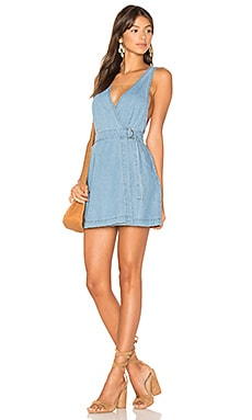 Float Denim Wrap Mini Pinnie Dress en Bleu Ciel
