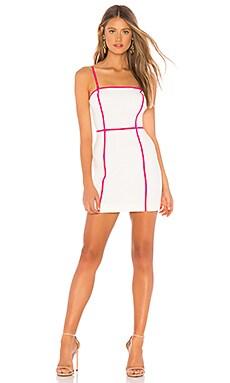 Фото - Платье с контрастной строчкой achillea - NBD белого цвета