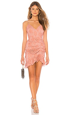 Фото - Мини платье с рюшами plumeria - NBD розового цвета