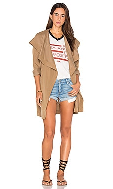 Drape Me A River Trench Coat en Camello