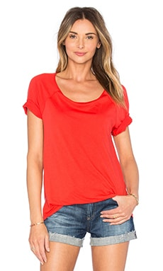 Very Light Jersey Scoop Neck Tee en Rouge Ardent