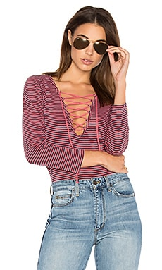 Skinny Stripe Lace Up Tee en Chili