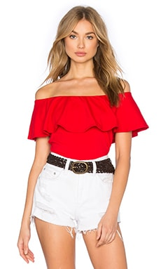 Susana Monaco Ruffle Off Shoulder Top en Rouge Parfait