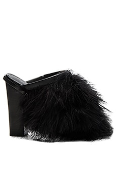 Bee Feather Mules en Negro