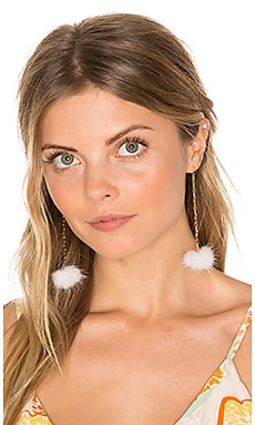 Decades Pom Pom Earrings en Blanc