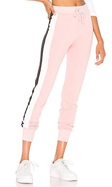 Фото - Джоггеры varsity stripe jack - Wildfox Couture розового цвета