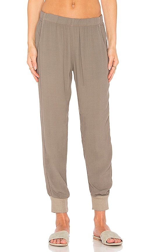 MONROW Easy Woven Jogger in Olive