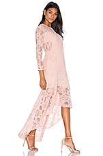 Galella Lace Asymmetric Maxi Dress en rose pâle
