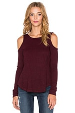 Heathered Rib Cold Shoulder Top en Bordeaux