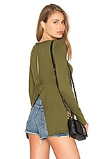 Light Weight Jersey Open Back Long Sleeve Top en Chartreuse