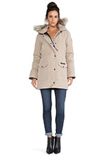 Trillium Parka with Coyote Fur Trim en Fauve