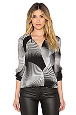 Cross Front Drape Blouse en Black Curved Wave Print