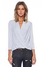 3/4 Sleeve Surplice Blouse en Sleet