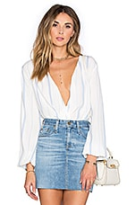 x REVOLVE The Wrap Blouse en Rayé Bleu