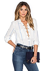 x REVOLVE The Safari Blouse en Rayé Bleu
