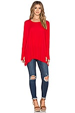 Branson Long Sleeve Draped Thumbhole Tee en Rouge Bonbon