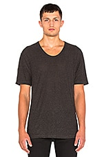 Slub Rayon Silk Low Neck Tee en Charcoal