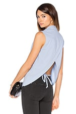 Sleeveless Back Overlap Shirt en Chambray