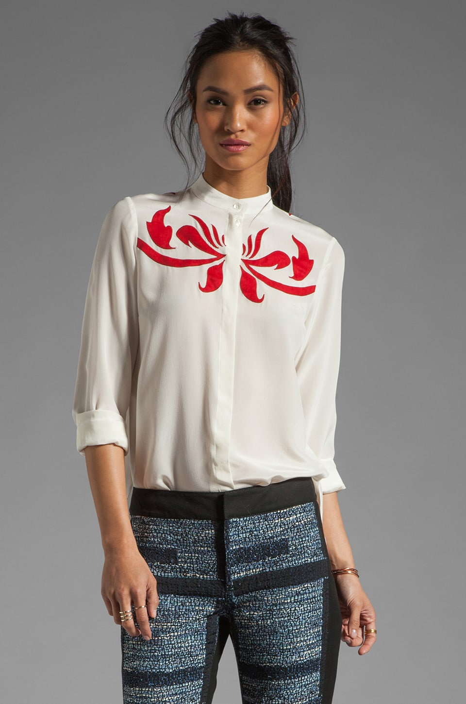 DEREK LAM 10 CROSBY Mandarin Collar Blouse en Soft White/Red