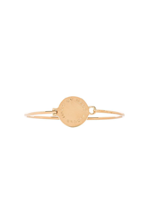Marc by Marc Jacobs Big Logo Hinge Bracelet en Oro