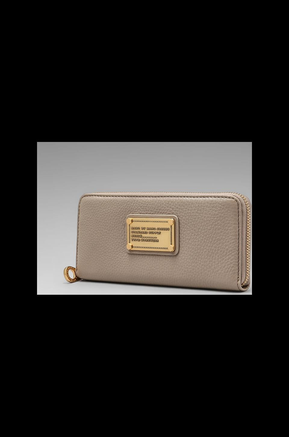 Marc by Marc Jacobs Classic Q Slim Zip Around in Cement