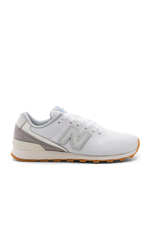 New Balance Re-Engineered Sneaker en White & Grey